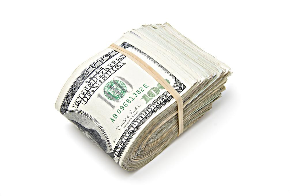 Фото перетянутой резинкой пачки денег (долларов)