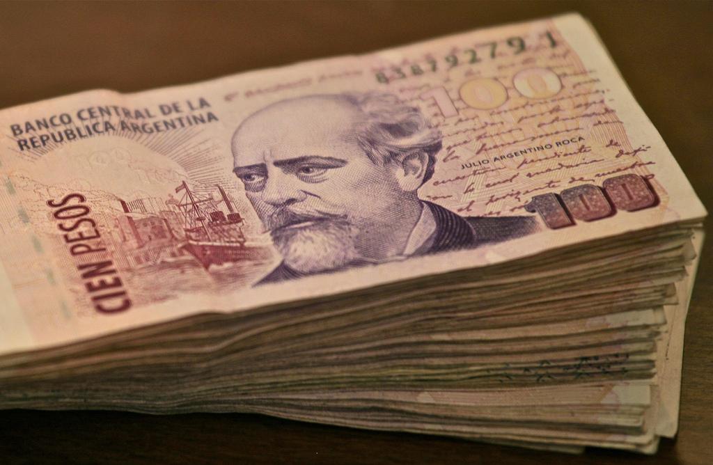 Фото пачки денег (аргентинские песо)