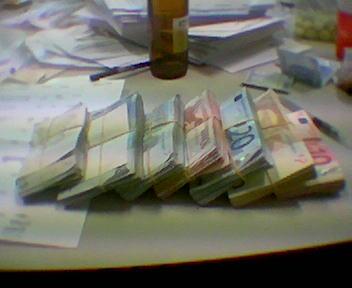 Фото нескольких пачек денег на столе