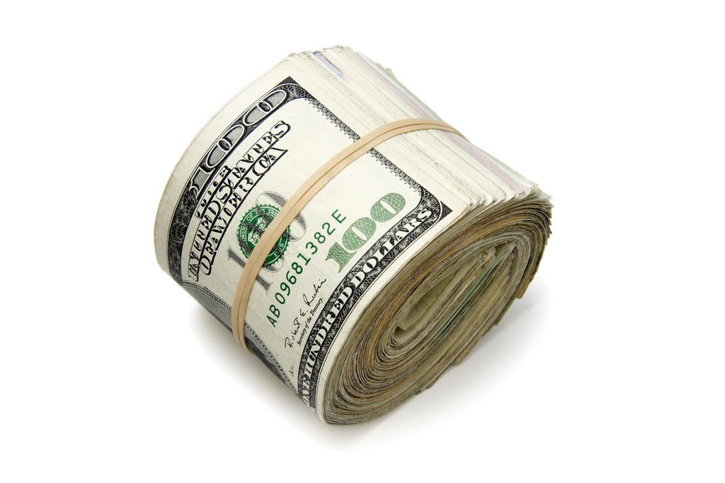 Фото скрученной пачки денег (долларов)