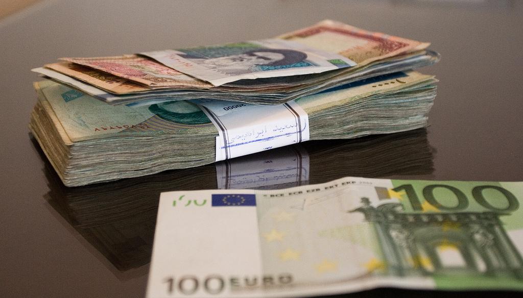 Фото пачки денег на столе