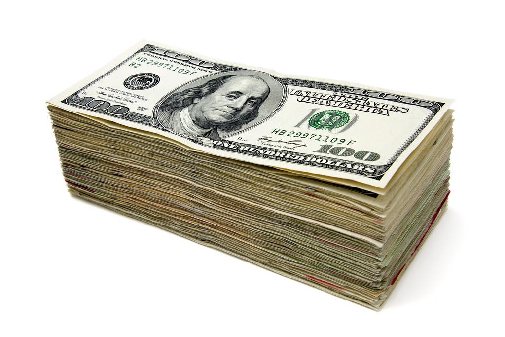 Фото толстой пачки денег (долларов)