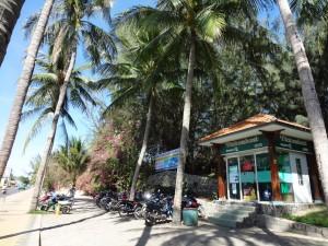 Либо стоянка, либо аренда мопедов под пальмами у одного из банкоматов с английским языком. Есть банкоматы только на вьетнамском - ничего не поймешь