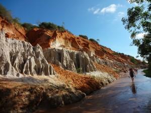 Удовольствие от прогулки босиком по прохладной воде вьетнамского ручья фей или волшебного ручья вам гарантировано
